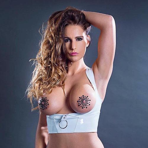 vrouwelijke-stripper-met grote tieten