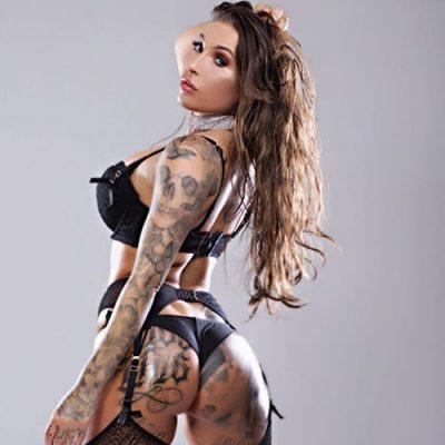vrouwelijke stripper met tattoos